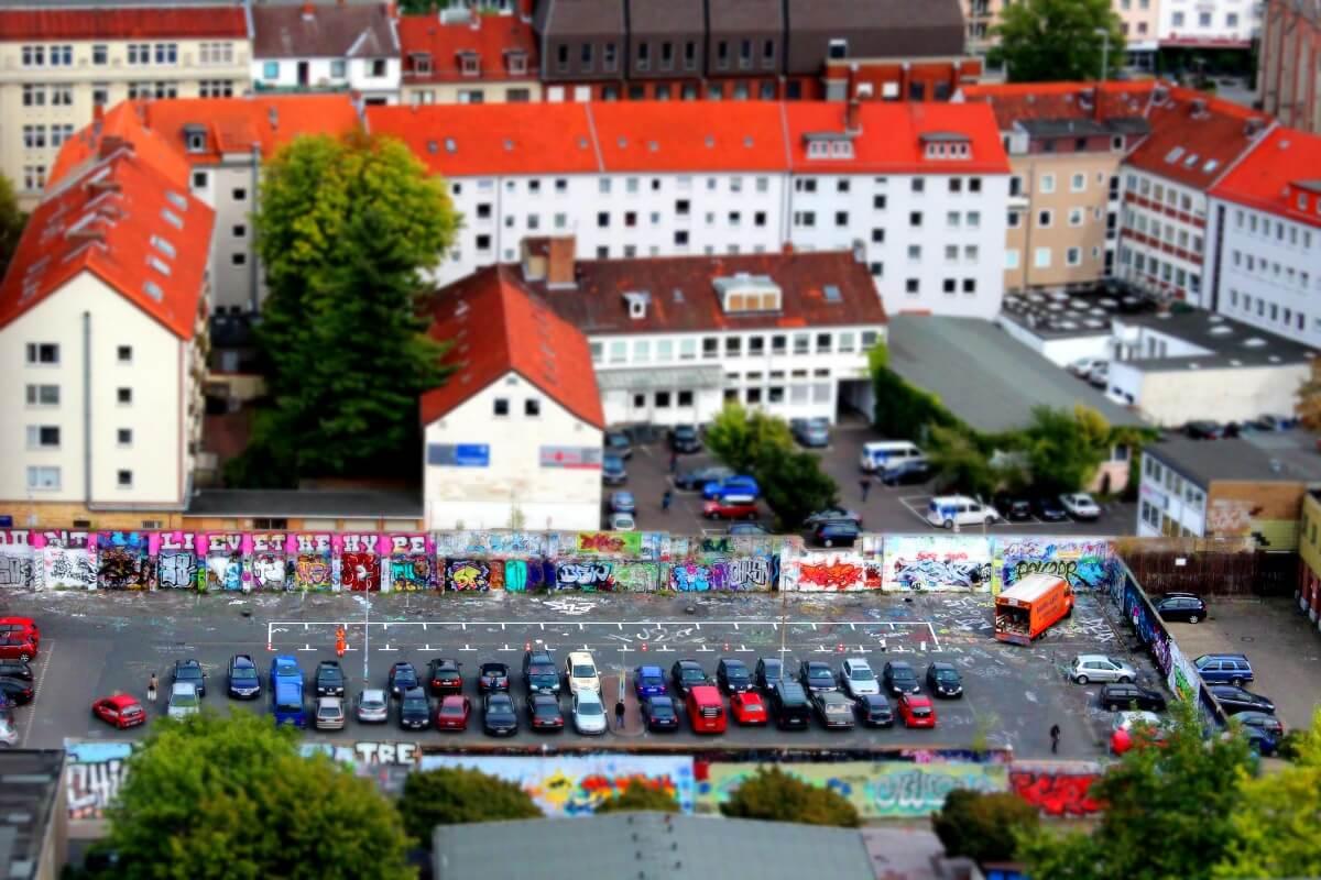 Großer Hof mit Parkplatz