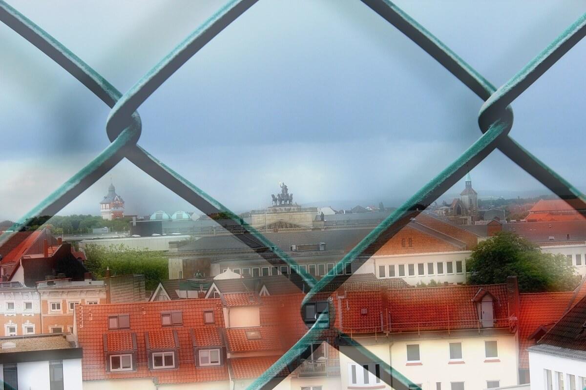 Braunschweig durch einen Machendrahtzaun (aus zwei Bildern zusammengefügt)