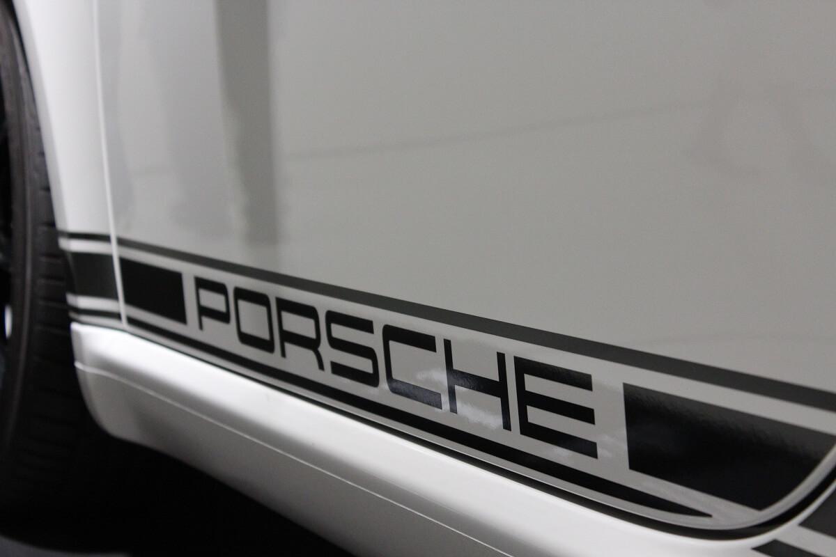 Ein Porsche-Schriftzug auf einem Ausstellungswagen im Porsche-Museum Stuttgart
